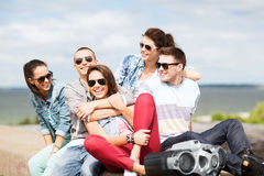 Grupp av tonåringar som ut hänger royaltyfri foto