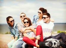 Grupp av tonåringar som ut hänger Royaltyfria Foton