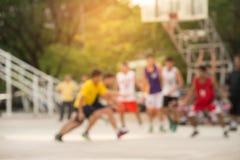 Grupp av tonåringen som spelar basketmatchen blurriness royaltyfri fotografi