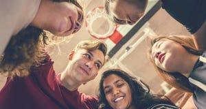 Grupp av tonåringvänner på en teamwork och en tog för basketdomstol royaltyfri bild