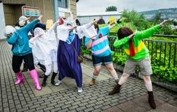 Grupp av tonårs- ` för badda för cosplayers`, Arkivbild