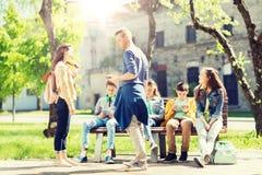 Grupp av tonårs- studenter på skolgården arkivfoto