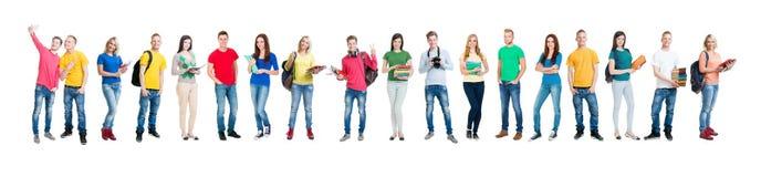 Grupp av tonårs- studenter som isoleras på vit Royaltyfri Foto