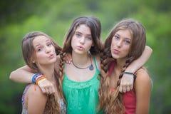 Grupp av tonår som blåser kyssar Arkivbilder
