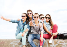 Grupp av tonåringar som ut hänger Royaltyfri Bild