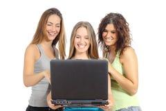 Grupp av tonåringflickor som bläddrar internet i en bärbar dator Arkivbilder