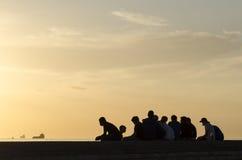 Grupp av tonårs- pojkar i solnedgång Royaltyfria Foton