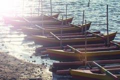 Grupp av träfartyg på sjön Bali, Indonesien Filter: Verkställd tappning royaltyfria bilder