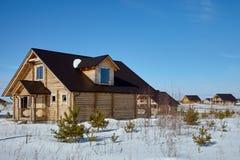 Grupp av trähus på vintern, solig dag, inga moln arkivfoton