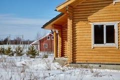 Grupp av trähus på vintern, solig dag, inga moln royaltyfria foton
