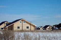 Grupp av trähus på vintern, solig dag, inga moln royaltyfri fotografi