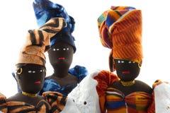 Grupp av tre isolerade afrikanska dockor Royaltyfri Foto