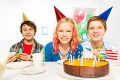 Grupp av tre tonår som firar födelsedag Royaltyfri Foto