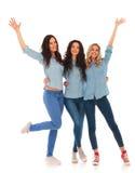 Grupp av tre unga kvinnor som firar framgång Fotografering för Bildbyråer