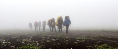 Grupp av turister med ryggsäckar Arkivbild