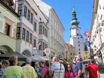 Grupp av turister på porten för St Michael ` s, Bratislava royaltyfri fotografi