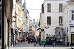 Grupp av turister som besöker Manneken Pis, eller den lilla mannen Pee som lokaliseras nära Grand Place i staden av Bryssel, Belg Royaltyfri Bild