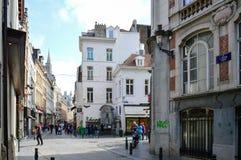 Grupp av turister som besöker Manneken Pis, eller den lilla mannen Pee som lokaliseras nära Grand Place i staden av Bryssel, Belg Arkivbild