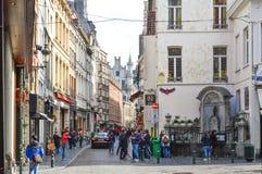 Grupp av turister som besöker Manneken Pis, eller den lilla mannen Pee som lokaliseras nära Grand Place i staden av Bryssel, Belg Fotografering för Bildbyråer