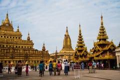 Grupp av turister som besöker till den Shwezigon pagoden Royaltyfri Foto