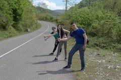 Grupp av turister som hitching en ritt Fotvandra near pinnar mig - haken Royaltyfria Foton