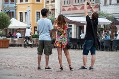 Grupp av turister som tar bilder på huvudsakligt ställe Royaltyfria Foton