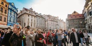 Grupp av turister som tar fotoet av stadshuset med den astronomiska klockan Royaltyfri Foto