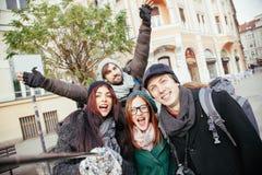 Grupp av turister som tar Selfie Fotografering för Bildbyråer