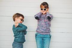 Grupp av två roliga ungar som tillsammans utanför spelar Arkivfoton