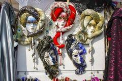 Grupp av typiska venetian karnevalmaskeringar Arkivbilder