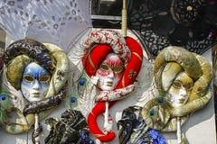 Grupp av typiska venetian karnevalmaskeringar Royaltyfri Bild