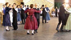 Grupp av tyska etniska dansare arkivfilmer