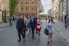 Grupp av ukrainsk ungdom som går på gatan arkivfoton