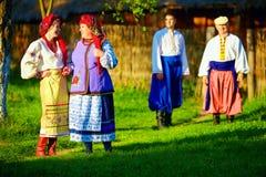 Grupp av ukrainskt folk som går byn efter folk festligheter Arkivbild