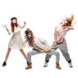 Grupp av unga dansare för femanlehöftflygtur på vit bakgrund Arkivfoton