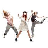 Grupp av unga dansare för femanlehöftflygtur på vit bakgrund Arkivbild