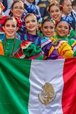 Grupp av unga dansare från Mexic i traditionell dräkt Royaltyfri Bild