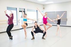 Grupp av unga dansare i studio Royaltyfri Bild