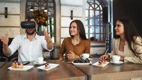Grupp av unga entreprenörer i ett möte med VR-hörlurar med mikrofon arkivfilmer