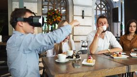 Grupp av unga entreprenörer i ett möte med VR-hörlurar med mikrofon stock video