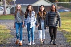 Grupp av unga flickor med hollding händer för kulturell mångfald i u Arkivbild