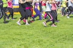Grupp av unga flickor som övar kondition med dans arkivfoton