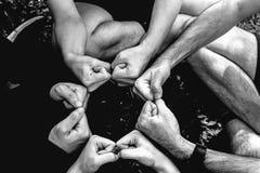 Grupp av unga händer för sportlag tillsammans, lagpartners som ger f arkivbild