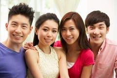 Grupp av unga kinesiska vänner som hemma kopplar av Royaltyfri Fotografi