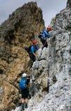Grupp av unga klättrare på en brant lodlinje via Ferrata arkivbilder