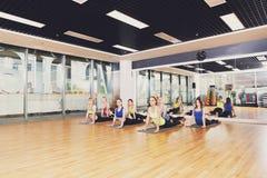 Grupp av unga kvinnor i yogagrupp Royaltyfria Bilder