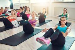 Grupp av unga kvinnor som gör övning på abs Royaltyfria Foton