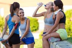 Grupp av unga kvinnor som gör sträckning i parkera Arkivfoto