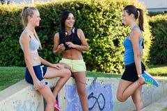 Grupp av unga kvinnor som gör sträckning i parkera Royaltyfria Foton