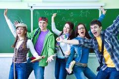 Grupp av unga lyckliga deltagare Arkivbild